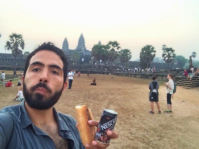 Me tuve que despertar temprano para ver el amanecer en Angkor Wat pero si notan no podía dejar de desayunar y tomar café.