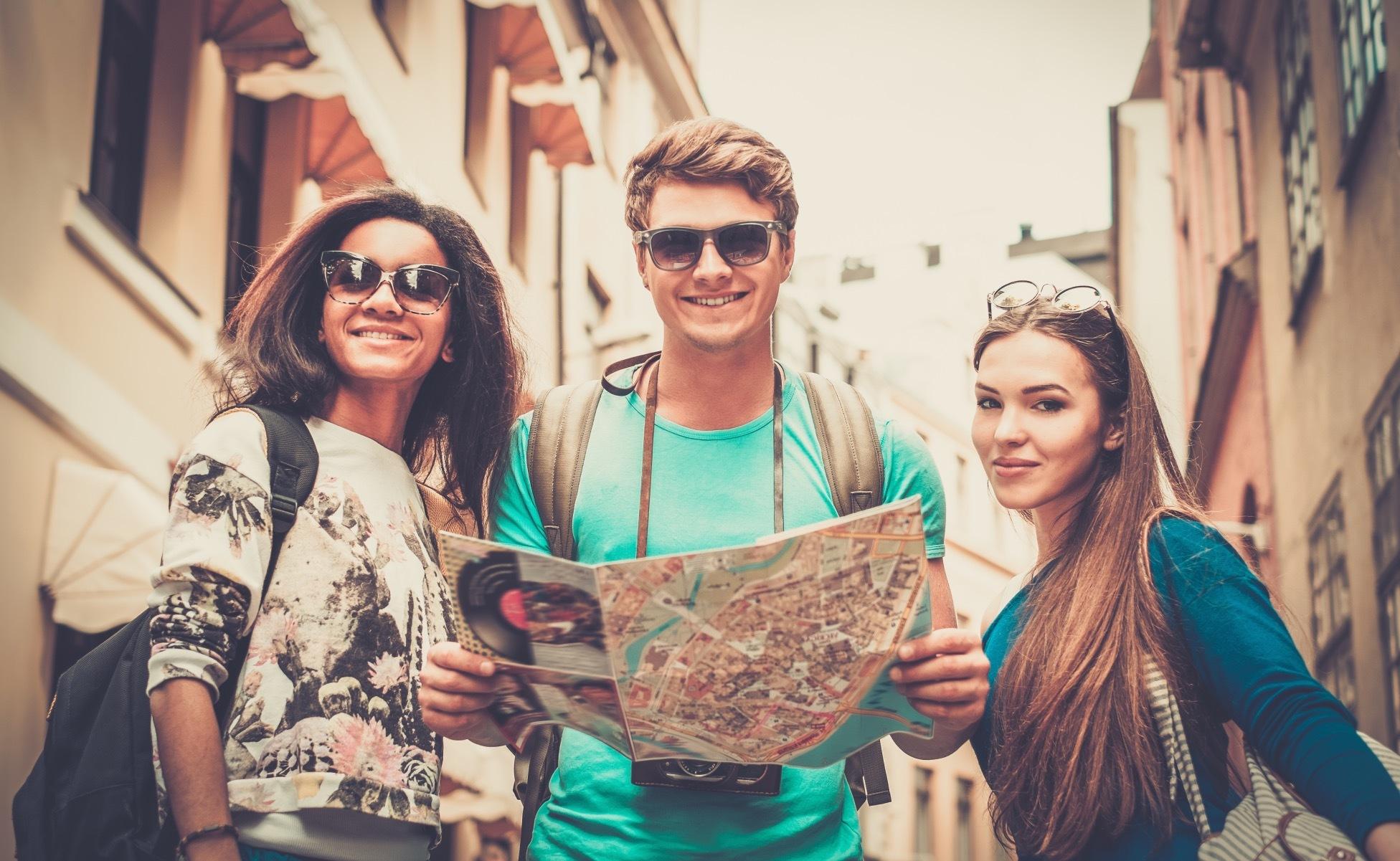 personas viajando con un mapa