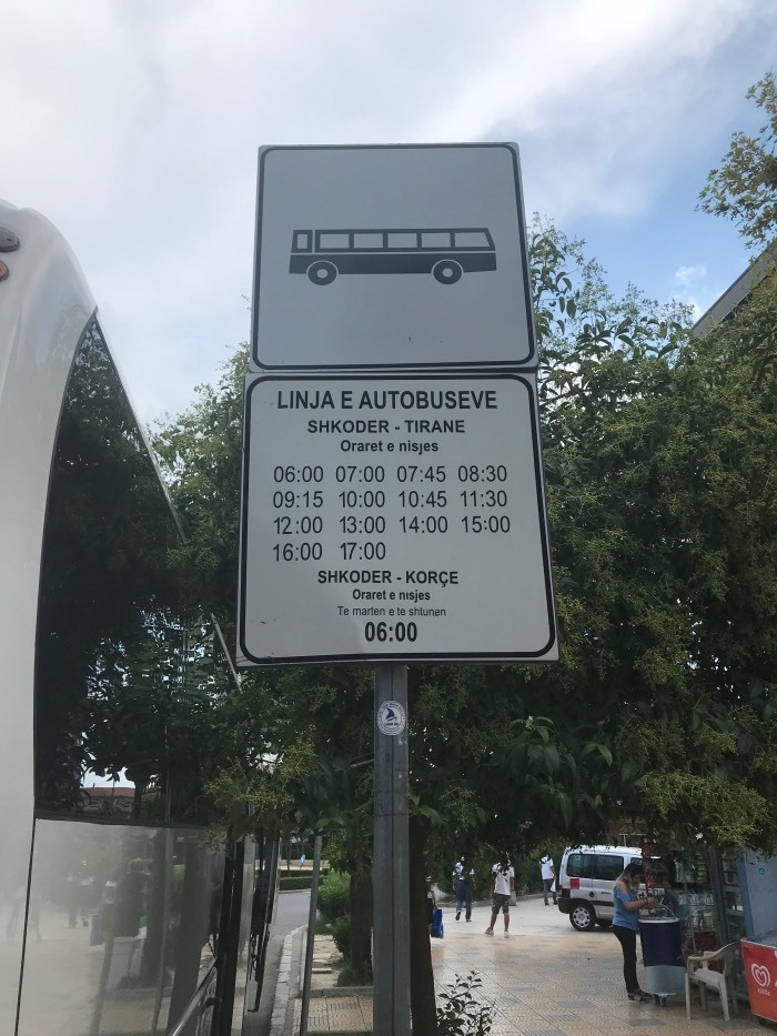 Letrero en la para de autobús de Albania